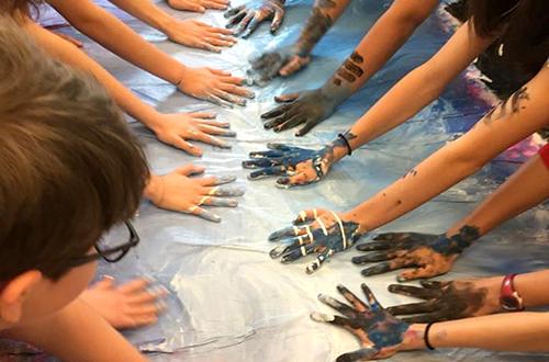 4h progetto - mani di adolescenti che dipingono