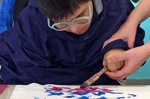 scuola di formazione ragazzo disabile che dipinge