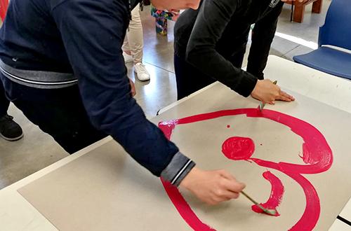 scuola di formazione ragazzi disabili che dipingono un cuore rosso